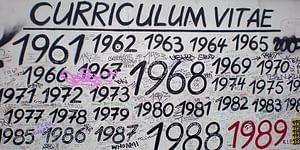 Bild på årtal skrivna på mur, bild Yelacis, Flickr.com